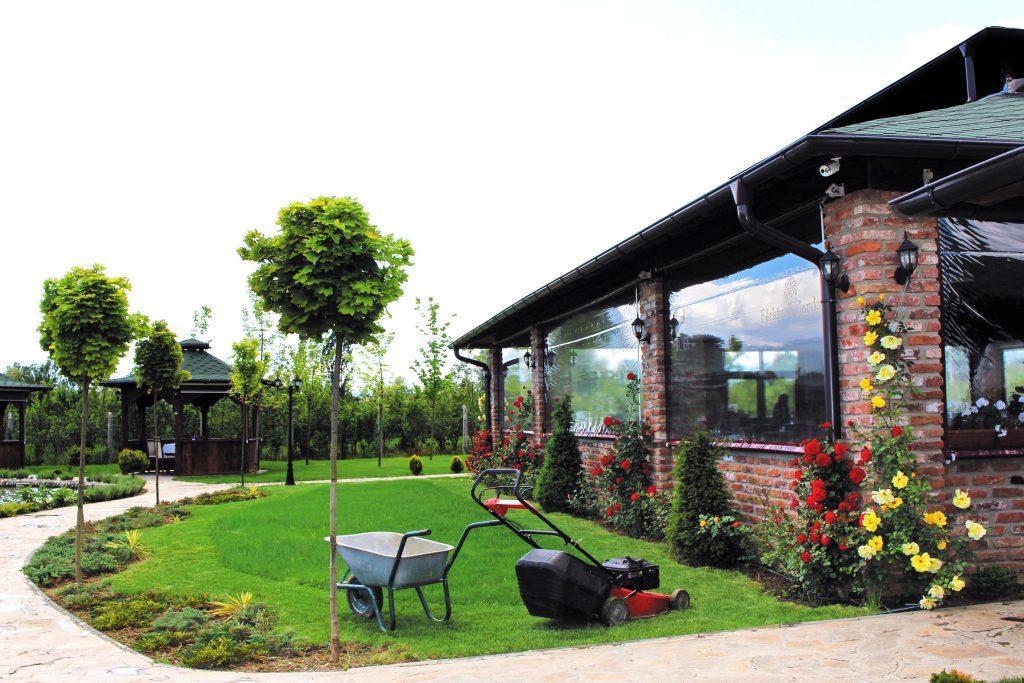 Пејсажно уредување на градини, зимзелени садници, тревник, цветни грмушки , листопадни дрвја